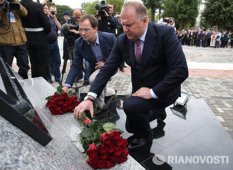 Министр культуры России Владимир Мединский возлагает цветы к памятнику Штыковая атака в Гусеве