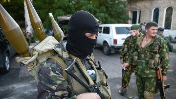 Бойцы народного ополчения возле Донецкого аэропорта, 31 августа 2014 года. Архивное фото