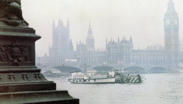 Баржа плывет по Темзе около Тауэра. Архивное фото
