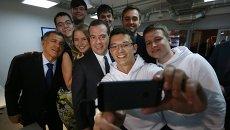 Председатель правительства России Дмитрий Медведев со студентами во время посещения технопарка Navigator Campus в Казани