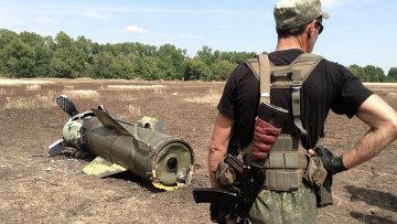 Ополченец Донецкой народной республики у ракеты Точка-У. Архивное фото