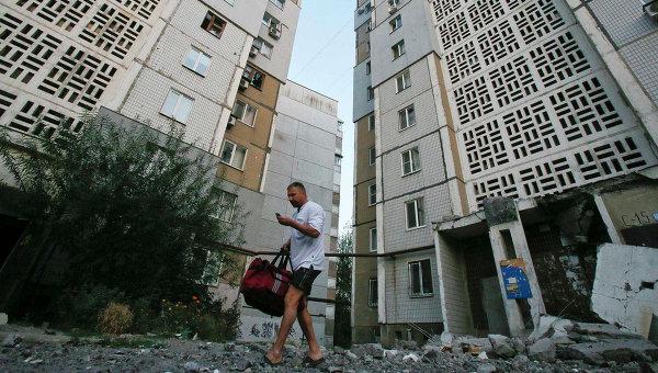 Житель города на улице Донецка подвергшейся обстрелу Украинской армией. Архивное фото
