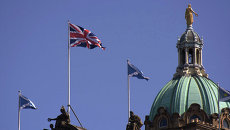 Британский и шотландский флаги на здании банка в Эдинбурге. Архивное фото