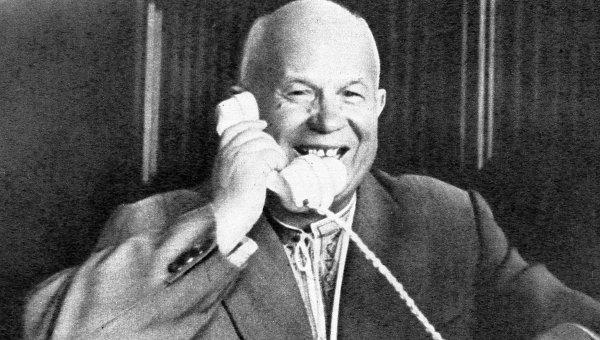 Хрущев говорит по телефону Гагариным