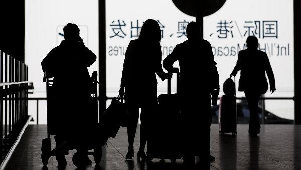 Пассажиры с багажом в международном аэропорту Пекина Шоуду, Китай. Архивное фото
