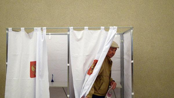 Житель Москвы голосует на выборах в Московскую Городскую Думу. Архивное фото