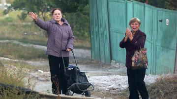 Жители Луганска приветствуют колонну российского конвоя МЧС РФ с гуманитарной помощью