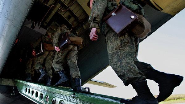 Российские военнослужащие во время посадки в транспортный самолет. Архивное фото