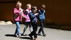 Дети около школы в Донецке. Архивное фото