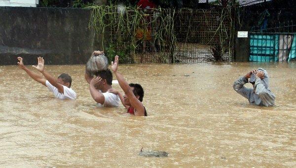 Пострадавшие от наводнения, вызванного тропическим штормом Фон-Вон на Филиппинах