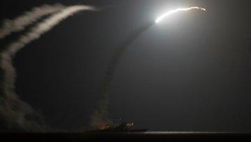 Ракетный крейсер ВМС США запускает ракету по позициям ИГ в Сирии 23 сентября 2014