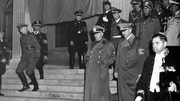 Премьер-министр Италии Бенито Муссолини и рейхсканцлер Германии Адольф Гитлер после подписания Мюнхенского соглашения