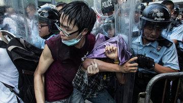 Столкновения полиции и протестующих в Гонконге