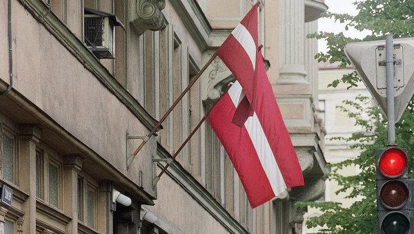Флаги страны на одной из улиц Латвии. Архивное фото