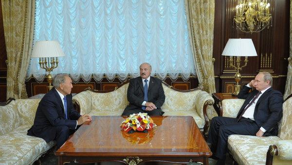 Президент России Владимир Путин, президент Белоруссии Александр Лукашенко и президент Казахстана Нурсултан Назарбаев. Архивное фото