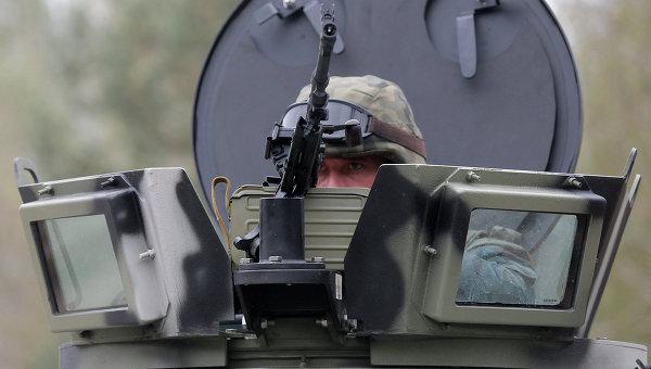 Украинский военнослужащий в башне бронемашины. Архивное фото