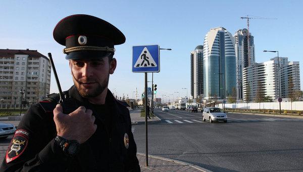 Сотрудник полиции на одной из центральных улиц Грозного