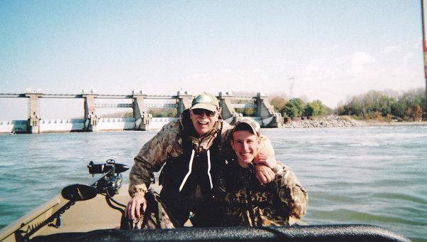 Абдул-Рахман Кэссиг, захваченный боевиками ИГ, на рыбалке со своим отцом, Эдом Кэссиг. Индиана, 2011 год. Архивное фото
