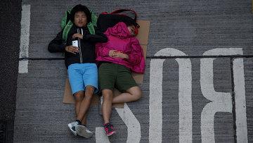 Сторонники протестного движения Occupy Central спят на проезжей части в районе Admiralty в Гонконге