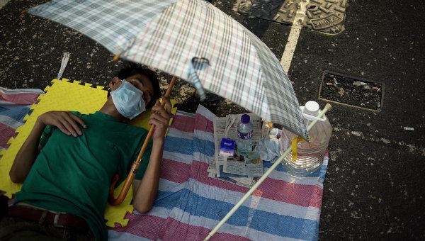 Сторонник протестного движения Occupy Central на митинге в районе Mong Kok в Гонконге