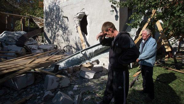 Жители Донецка у своего дома, разрушенного после обстрела. Украина, 7 октября 2014. Архивное фото