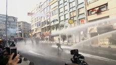 Люди убегали от слезоточивого газа во время беспорядков в Стамбуле