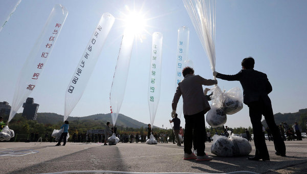 Запущенные Южной Кореей воздушные шары с листовками. Архивное фото