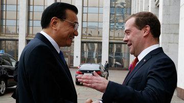 Председатель правительства РФ Дмитрий Медведев и премьер Государственного совета Китайской Народной Республики Ли Кэцян. Архивное фото.