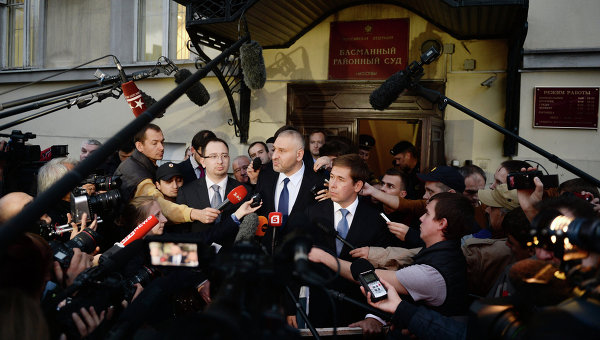 Адвокаты Николай Полозов, Марк Фейгин и Илья Новиков отвечают на вопросы журналистов после заседания суда по делу украинской летчицы Надежды Савченко