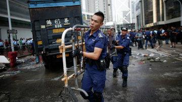 Уборка баррикад с улиц Гонконга