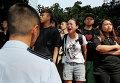 Протестующие во время уборки баррикад с улиц Гонконга