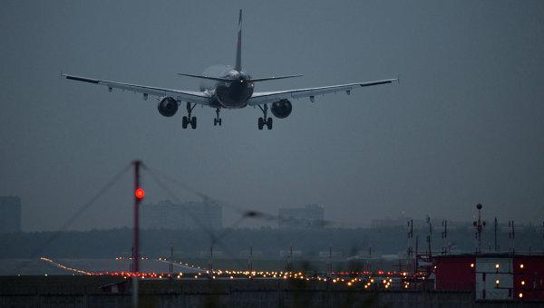 Самолет заходит на посадку в международном аэропорту. Архивное фото