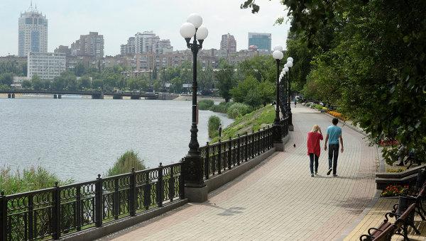 Жители города на набережной в Донецке. Архивное фото