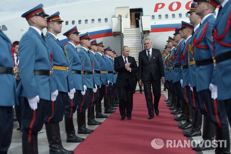 Президент России Владимир Путин и президент Сербии Томислав Николич во время церемонии встречи в аэропорту Белграда
