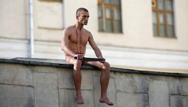 Скандальный петербургский художник Петр Павленский провел очередную акцию, отрезав себе мочку уха.