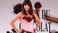 Модель в платье из шоколада на ярмарке шоколада в Париже