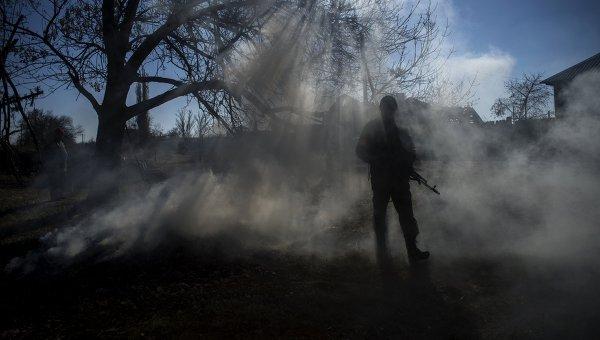 Боец ополчения ЛНР в поселке Новосветловка в Луганской области