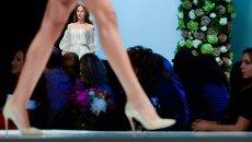 Модель демонстрирует одежду из новой коллекции дизайнера Валентина Юдашкина в рамках недели моды в Москве
