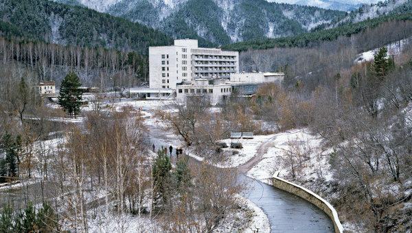 Санаторные и лечебные корпуса курорта Белокуриха, расположенные на одноименной реке