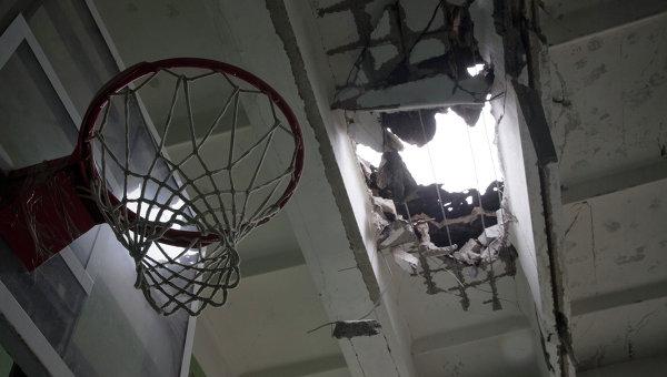 Школа в Донецке, пострадавшая в результате обстрела силовиков
