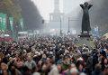 Жители Берлина возле Бранденбургских ворот во время празднования 25-ой годовщины падения Берлинской стены