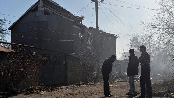Жители Донецка у дома, разрушенного в результате артиллерийского обстрела