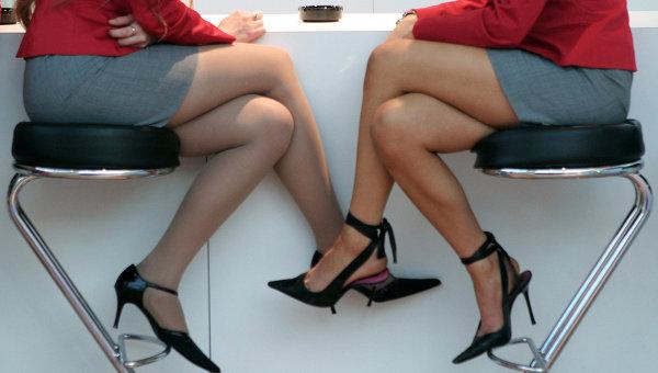 Девушки на международной выставке. Архивное фото