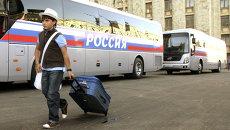 Мальчик идет возле автобуса перед отправлением на отдых. Архивное фото