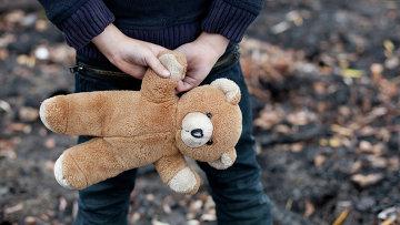 Ребенок держит игрушку. Архивное фото