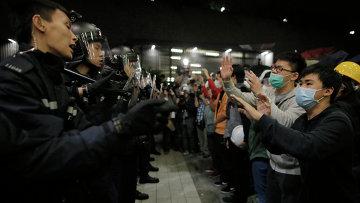 Полицейские и протестующие возле здания Законодательного совета Гонконга. Архивное фото