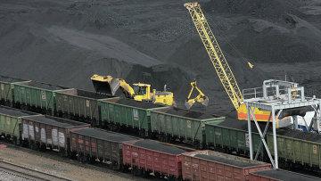 Погрузка угля в вагоны на обогатительной фабрике. Архивное фото