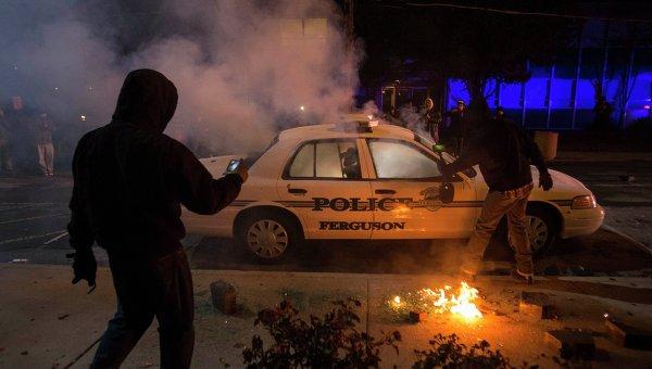 Протестующие кинули дымовую шашку в полицейский автомобиль в Фергюсоне
