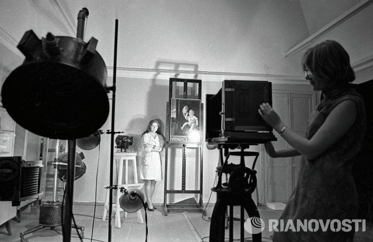 Исследователи фотографируют картины в ультрафиолетовых и рентгеновских лучах в лаборатории физики Государственного Эрмитажа