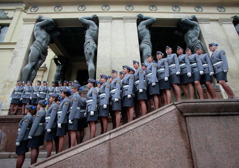 Девушки-курсантки академии МВД перед зданием Эрмитажа